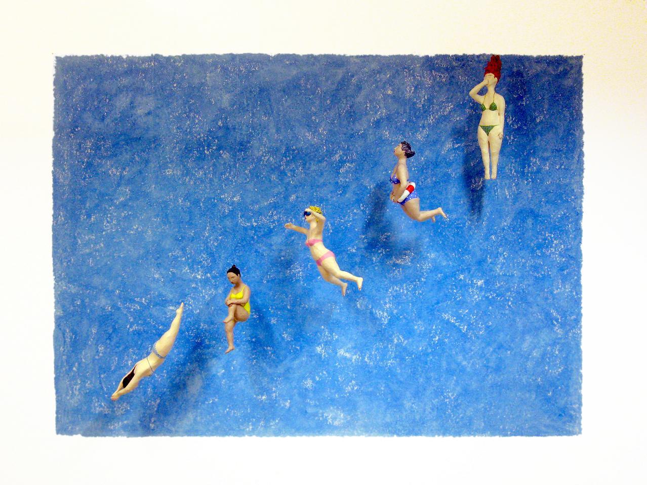 swimming pool Pappmachéfiguren von Johanna Iversen