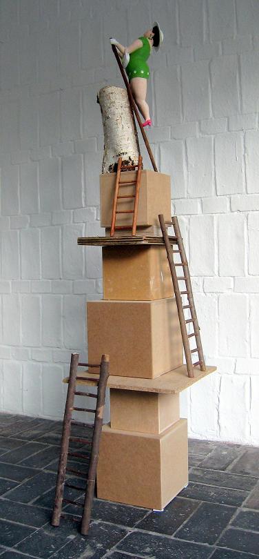 Daisy auf der Leiter 2013 Pappmachéfigur von Johanna Iversen