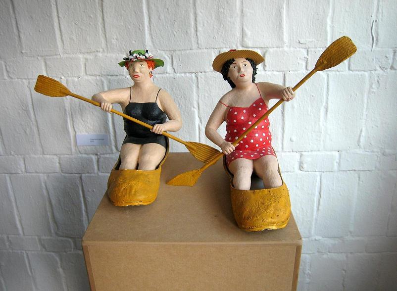 Flussfahrt mit Hut 2012 Pappmachéfiguren von Johanna Iversen