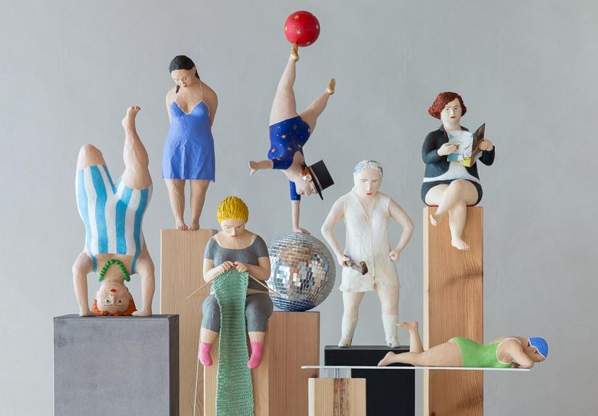 kleine dicke Frauen Pappmachéfiguren
